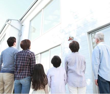 建物を見上げる家族